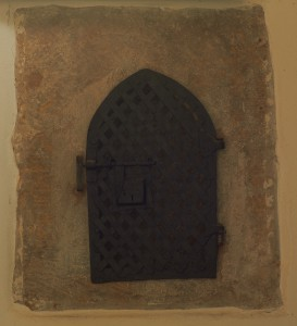 Tabernakel in der Nordwand des Chors mit Resten einer umlaufenden Inschrift.